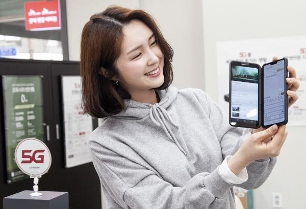SK텔레콤 모델이 LG V50 씽큐를 소개하고 있다 (사진=LG전자)