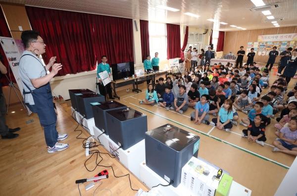 23일 울릉도 저동초등학교 학생들이 3D프린터를 활용한 반지 만들기 강연을 듣고 있다 (사진=KT)