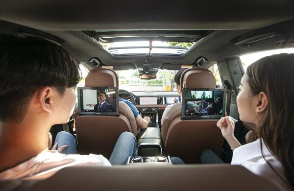 5G-ATSC3.0 기반 개인 맞춤형 광고 시연 장면. SK텔레콤 모델들이 차량 내 스크린에서 모두 다른 TV광고를 감상하고 있는 모습 (사진=SK텔레콤)