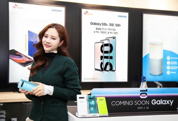 SK텔레콤이 전국 SK텔레콤 공식인증대리점과 공식 온라인몰 'T월드다이렉트' 에서 갤럭시S10 판매를 진행한다 (사진=SK텔레콤)
